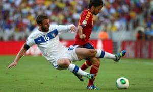 Daniele De Rossi plays the ball