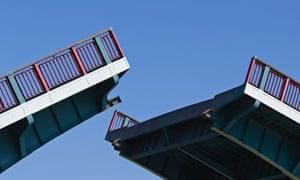 Closing bridge