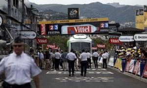 2013年环法自行车赛第一阶段结束时,一辆公共汽车停在终点线上。
