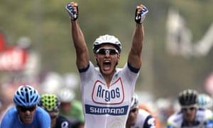 德国选手马塞尔·基特尔(Marcel Kittel)在2013年环法自行车赛第一阶段结束时穿越终点线庆祝。