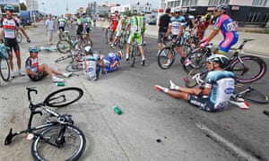 在科西嘉岛举行的2013年环法自行车赛第一阶段比赛结束后,骑手和他们的自行车在道路上崭露头角。