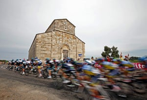 TDF: The pack of riders cycles