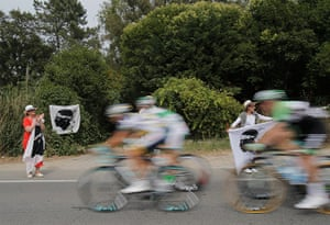TDF: Cycling fans with a flag cheer