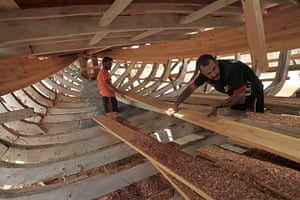 24 hours in pictures: Building a boat