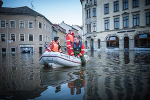 flooding: Rescuers and civilians prepare for further flooding in Easter Germany