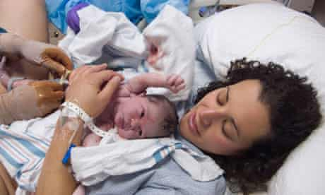 Hospitals warned to delay cutting umbilical cords after birth