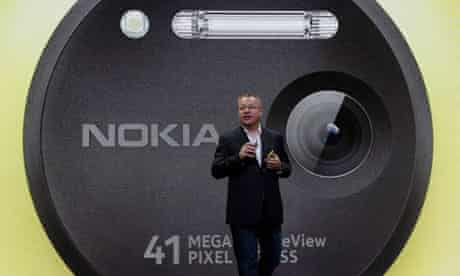 Stephen Elop with the Nokia Lumia 1020