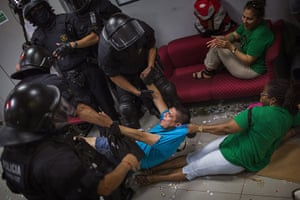 20 Photos: Mortgage Victims' Platform activists removed  by police in Barcelona