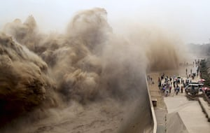 20 Photos: Visitors watch water gushing from the Xiaolangdi Reservoir in Jiyuan, China