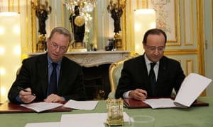 French President Hollande and Google chairman Eric Schmidt sign a tax agreement