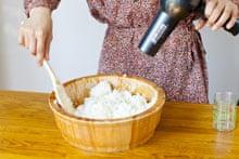 Вымойте и приготовьте рис.  Подключи фен