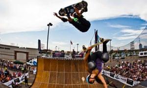 传奇滑板运动员Tony Hawk飞过Lizzie Armanto