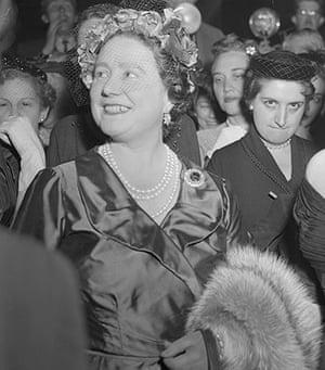 Helen Thomas: Helen Thomas and Queen Mother Elizabeth Wearing Evening Wear