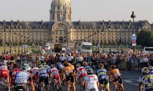 The peleton rides towards the Hotel des Invalides.