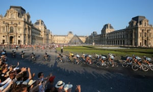 Froome and co pass the Louvre.