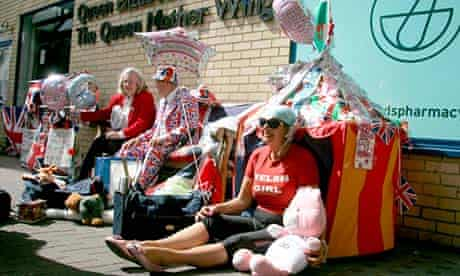 Royal fans wait outside the Lindo wing of St Mary's hospital for the royal baby