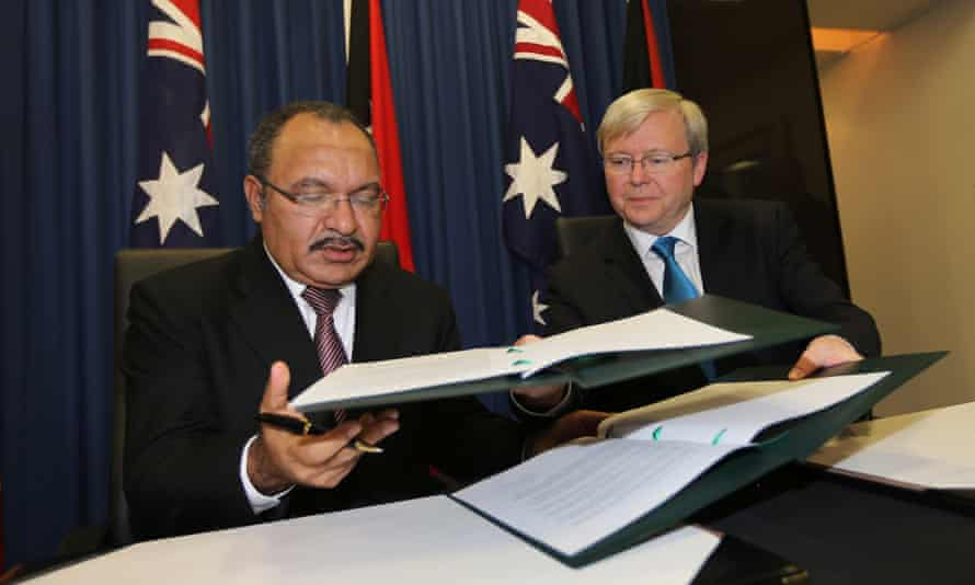 Kevin Rudd (right) and Papua New Guinea's prime minister, Peter O'Neill exchange documents after signing their asylum agreement