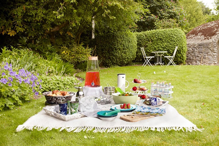 Summer homes and gardens party picnic life and style Home and garden party