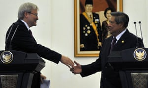 The Australian PM, Kevin Rudd (left) shakes hand with President Susilo Bambang Yudhoyono of Indonesia.
