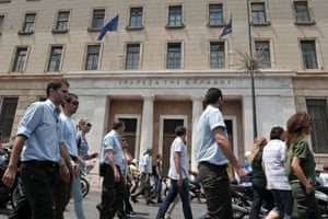 Municipal police march by the bank of Greece in Athens on July 5, 2013 after Greek officials apparently proposed that 4000  municipal police officers be transferred to the Greek Police force.