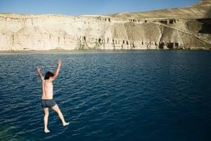 Silk Road Festival: A man jumps into the Band-e Amir (lake)