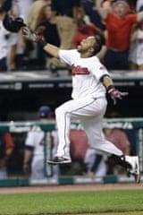 克里夫兰印第安人队的卡洛斯桑塔纳在他的单独本垒打中击败芝加哥白袜队救援投手迪伦阿克塞尔罗德后,庆祝了他的第三垒。