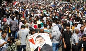 澳门皇冠总统穆罕默德·穆尔西的支持者在2013年8月16日开罗拉美西斯广场Al-Fath清真寺外抗议期间游行。路透社/穆罕默德·哈米德