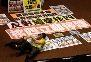 Taipei parliament fight: The roll over banners