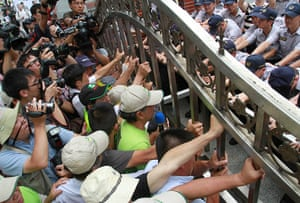 Taipei parliament fight: Protestors try to open the gates