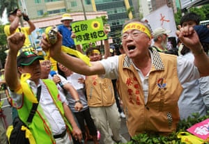 Taipei parliament fight: Tempers flare outside the Taipei parliament