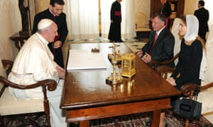 Pope Francis (L) talks with King of Jordan Abdullah II Ibn Hussein and his wife Rania (R) during a private audience on 29 August, 2013 at the Vatican.
