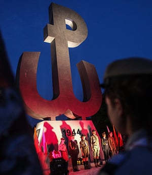 Warsaw Uprising: Warsaw residents at the Mound of the Uprising