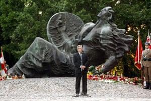 Warsaw Uprising: Polish President Bronislaw Komorowski in prayer