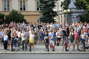 Warsaw Uprising: Residents hold a minute of silence on 'W' hour at 5pm