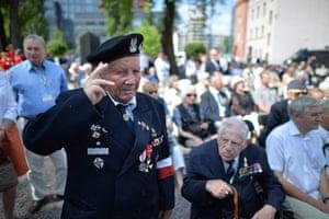 Warsaw Uprising: Uprising insurgent Ryszard Matrzak salutes