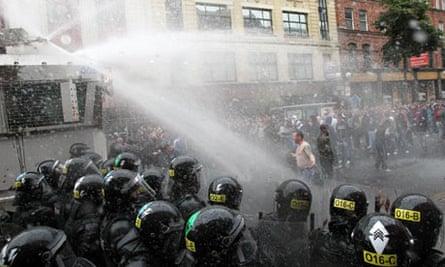 Belfast police clash with loyalist protestors