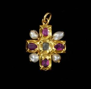 Pearls: Cross pendant