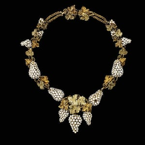 Pearls: Necklace, natural pearls set in coloured gold