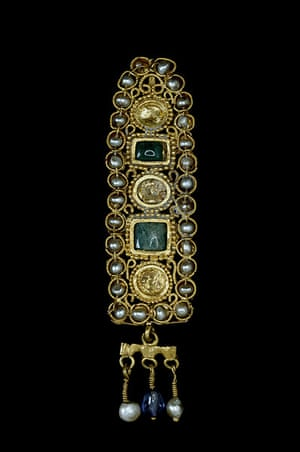Pearls: Gold hair-ornament set with pearls, emeralds and sapphires