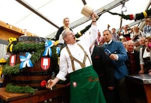 Oktoberfest: Munich Mayor Ude taps first barrel of beer
