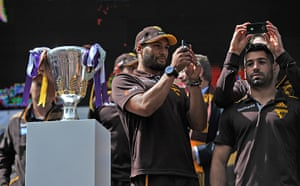 AFL Parade: Hawthorn players film the crowd