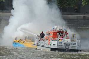 Duck boat on fire: A fire rescue team at the scene