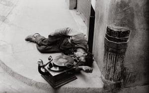 Lewis Morley: Sleeping street musician with gramophone in Florence, 1949