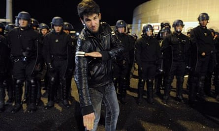 A man performs a quenelle in front of police in Nantes