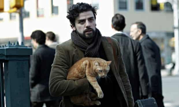 Inside Llewyn Davis: Oscar Isaac with that elusive cat.