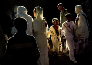 FTA: Carl de Souza: Ethiopian Orthodox christians walk towards the Fasilides baths