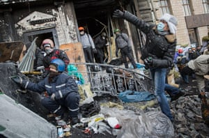 Ukraine: Protestors throw stones at police near Dynamo Stadium