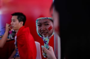 women's final: Fans of Li Na paint their faces before start of the final