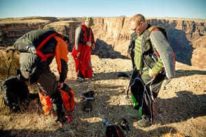 BASE jumping in Utah: Parachutists don jumping gear