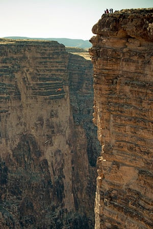 BASE jumping in Utah: Two jumpers drop into the canyon